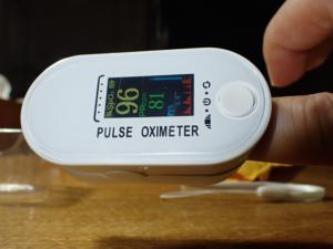 血中酸素濃度計を実際使っている様子