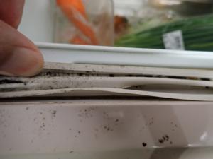 穴が開いてしまった冷蔵庫の扉パッキン