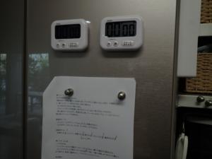 磁石の付かない冷蔵庫に磁石を付けた様子